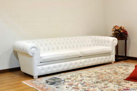 Divano Chesterone in pelle fiore colore bianco con due cuscini seduta