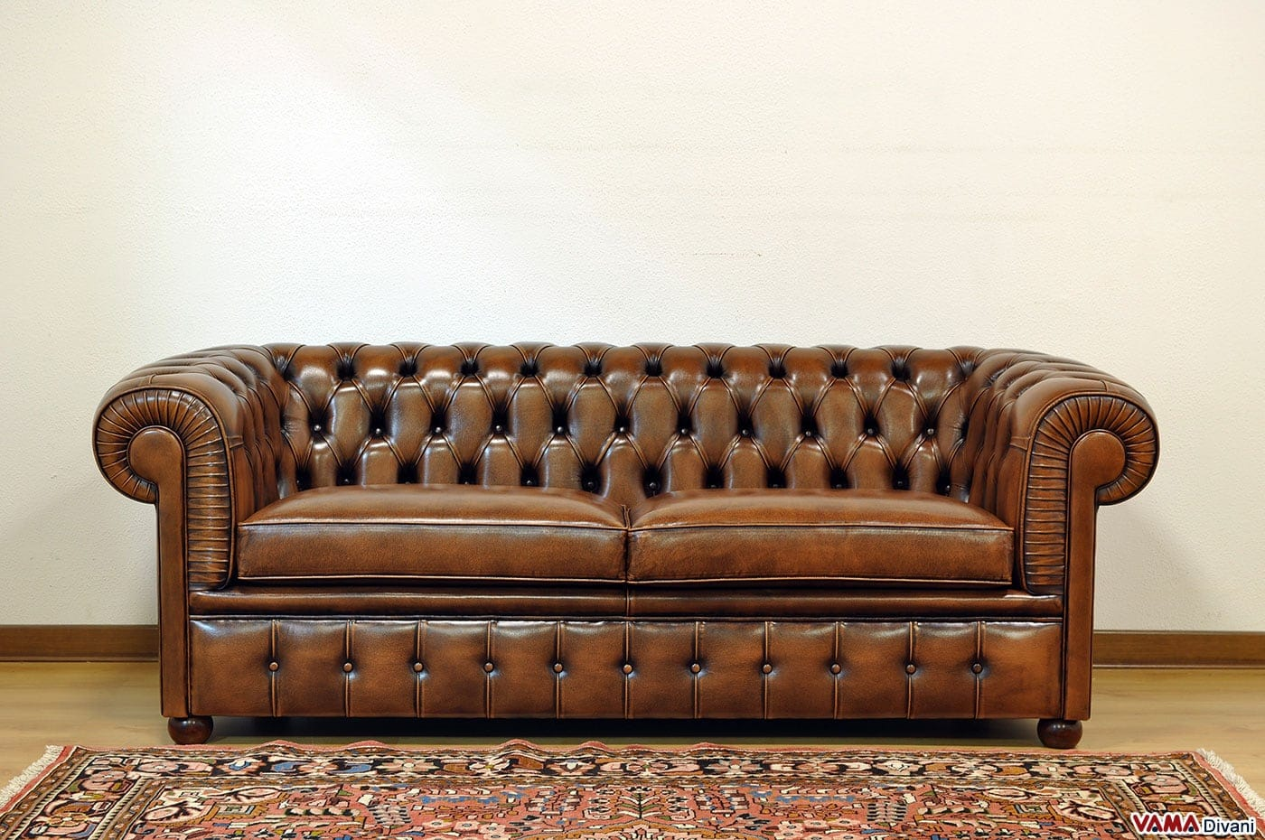 Divano chesterfield large vama divani for Divano marrone