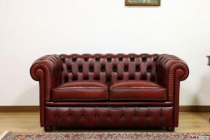Piccolo divano Chester vintage bordeaux