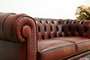 Divano Chesterfield in pelle asportata