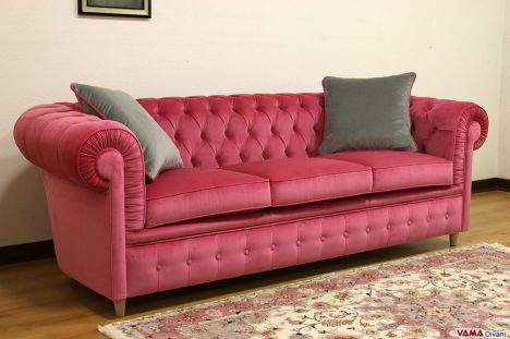 Divano Chester in velluto rosa confetto tre posti