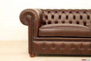 Bracciolo con chiodi battuti del divano Chesterfield