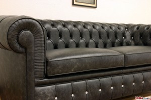 Divano Chesterfield nero con bottoni swarovski