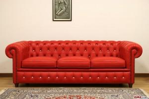 Divano Chesterfield rosso con bottoni swarovski