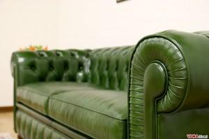 Divano Chesterfield verde bottiglia in pelle nuvolata