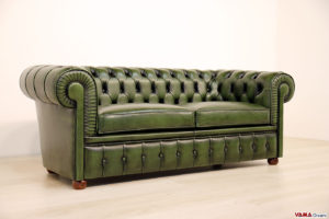 Divano Chesterfield con due cuscini in vera pelle verde
