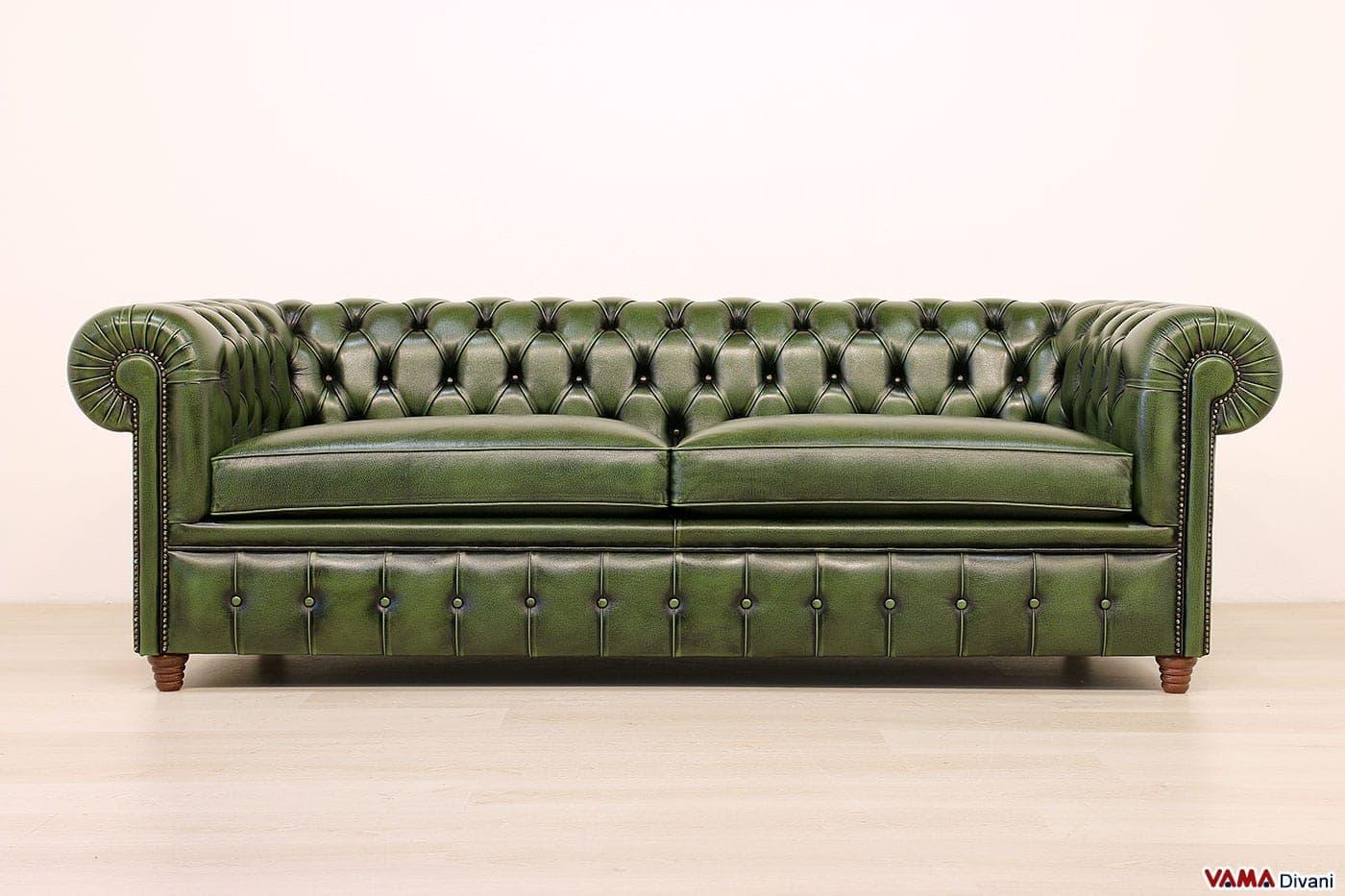 Divano chesterfield vintage con chiodi e piedini alti - Divano 3 posti divano 2 posti ...
