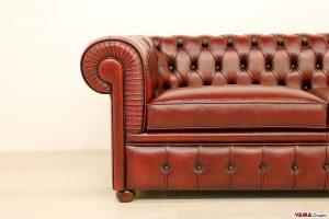 Divano Chesterfield antico in rosso bordeaux vintage asportata