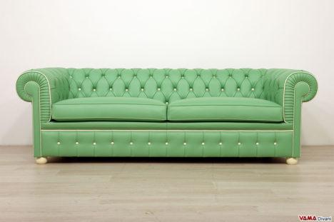 Divano chesterfield su misura in pelle verde e bianca con 2 cuscini
