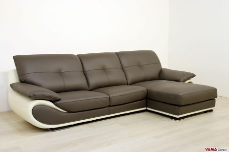 Divano con chaise longue in pelle marrone e panna