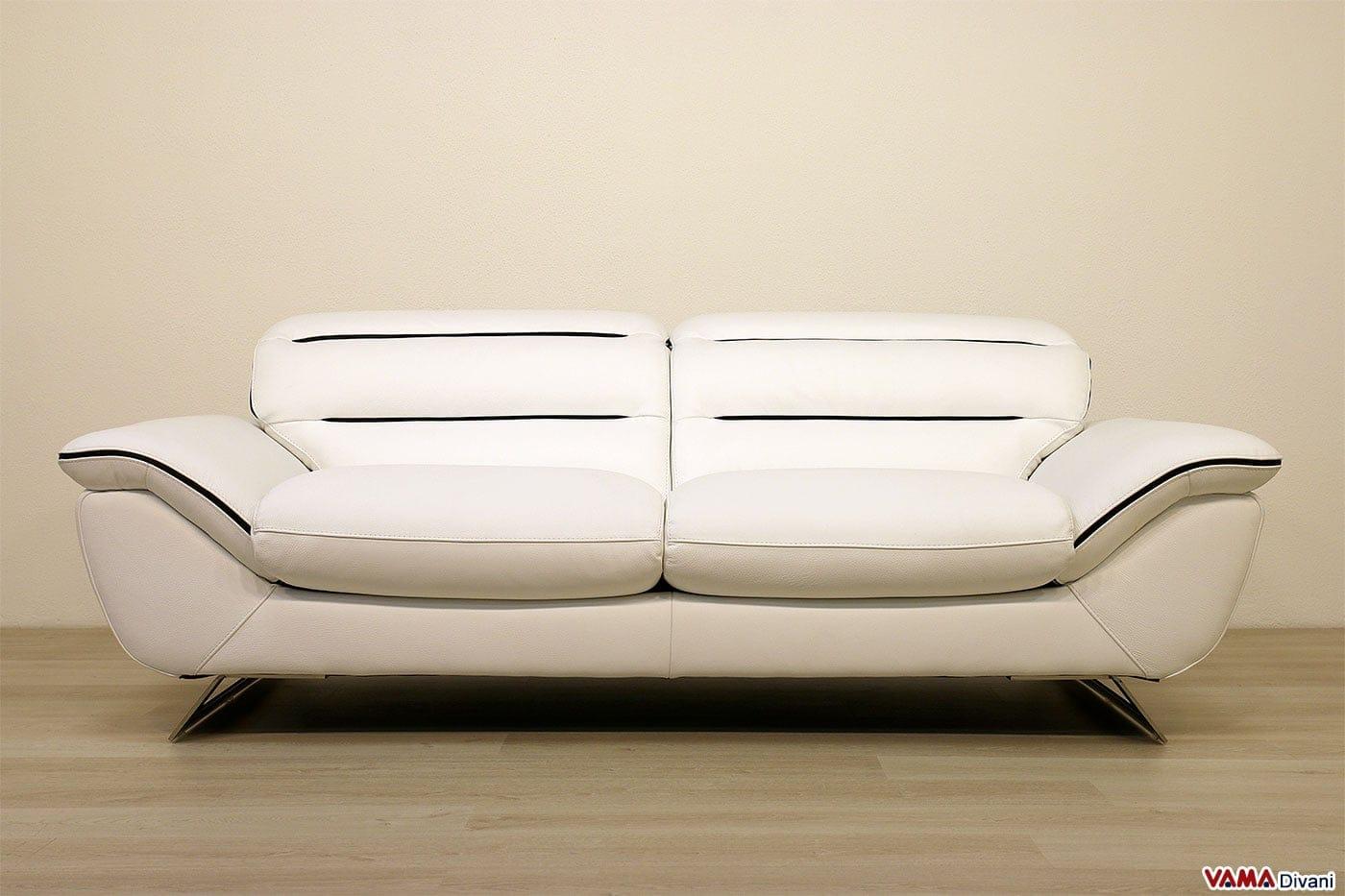 Divano moderno bianco in pelle con piedini in acciaio for Divano 5 posti lineare dimensioni