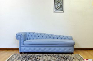 Chaise longue Chesterfield azzurra in pelle pieno fiore