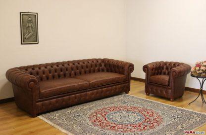 Enorme e profondo divano chesterfield con poltrona chesterina ma
