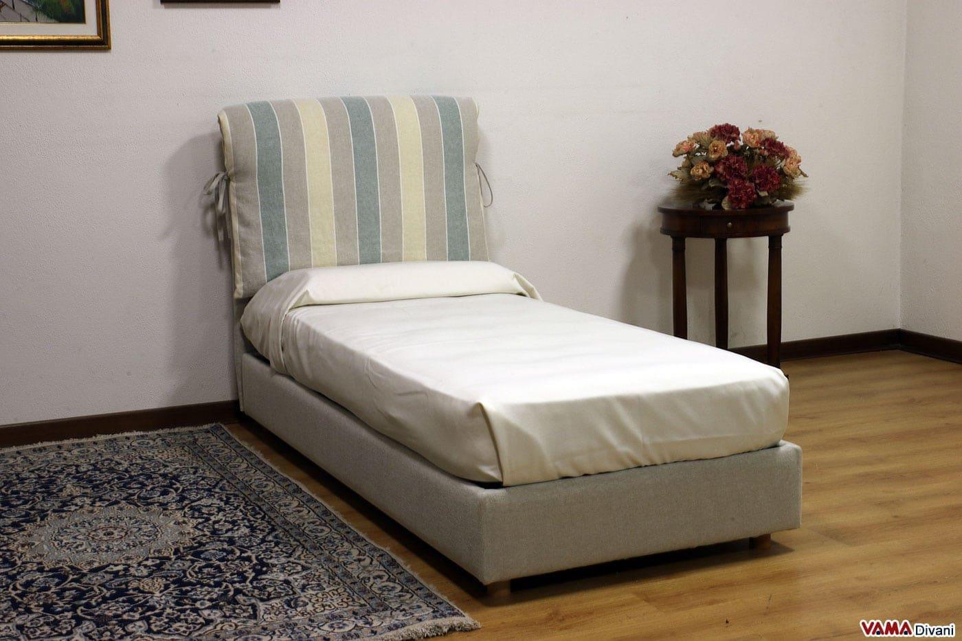 Letto in tessuto con due cuscini imbottiti come testata - Spalliera del letto ...