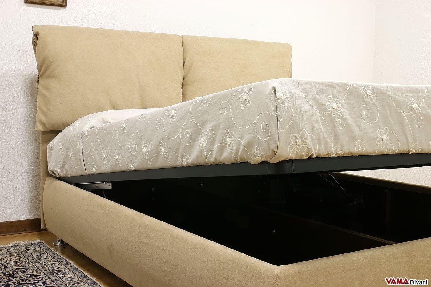 Letto in tessuto con due cuscini imbottiti come testata for Letti in tessuto con contenitore