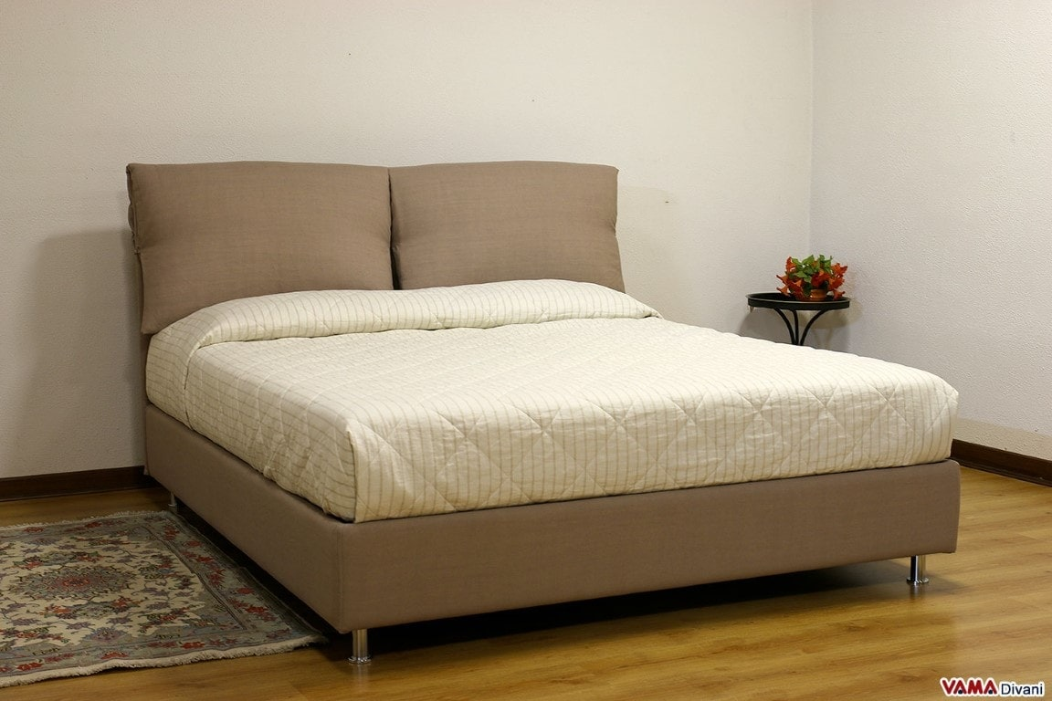 Letto in tessuto con due cuscini imbottiti come testata - Dove comprare un letto matrimoniale ...