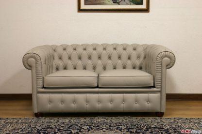 Piccolo divano Chester grigio in pelle