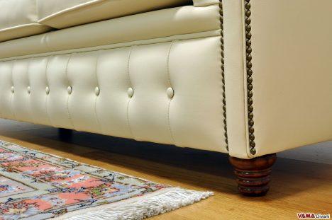 Piedino tornito in legno del divano Chester Vintage