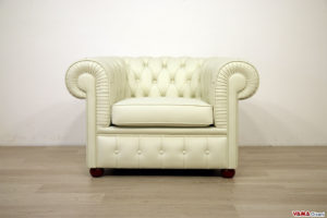 Poltrona Chesterfield in pelle bianco sporco