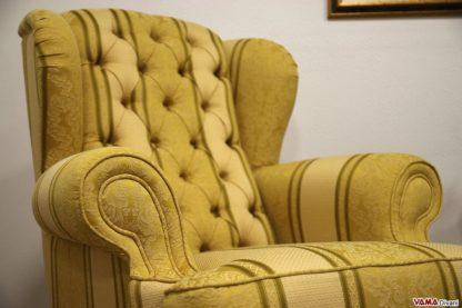 Poltrona classica in tessuto giallo a righe con capitonnè
