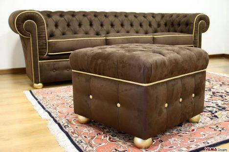 Pouf Chester con divano Chesterfield in microfibra marrone