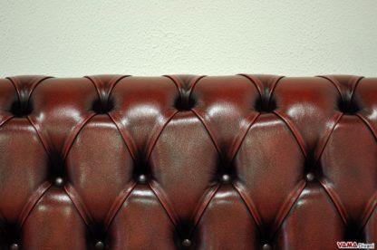 La lavorazione capitonnè dei divani Chester