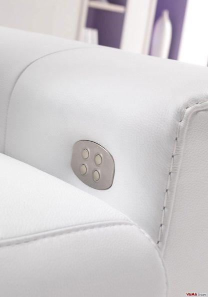 Telecomando integrato nel bracciolo del divano