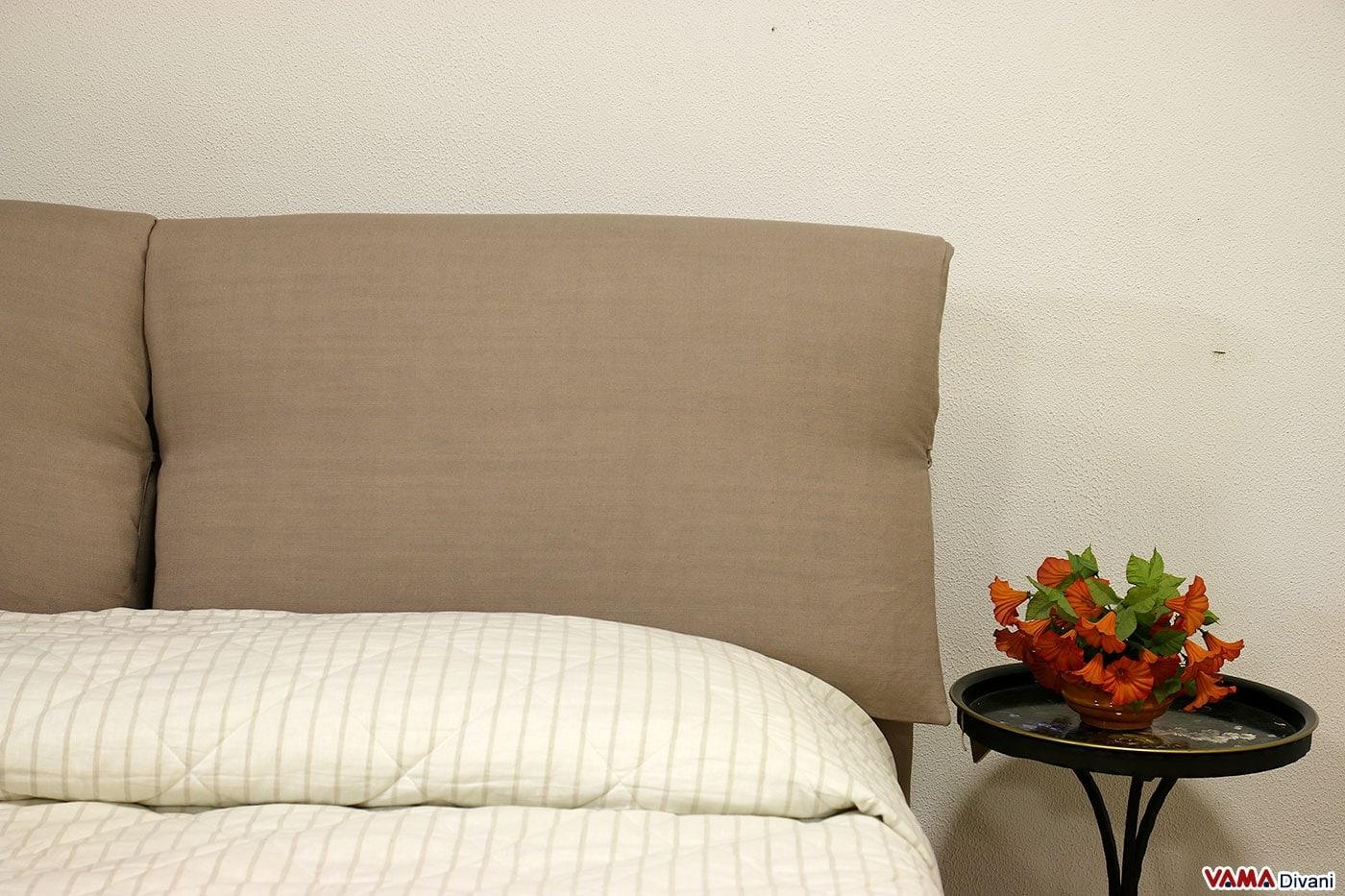 Letto in tessuto con due cuscini imbottiti come testata - Testata letto cuscini ...