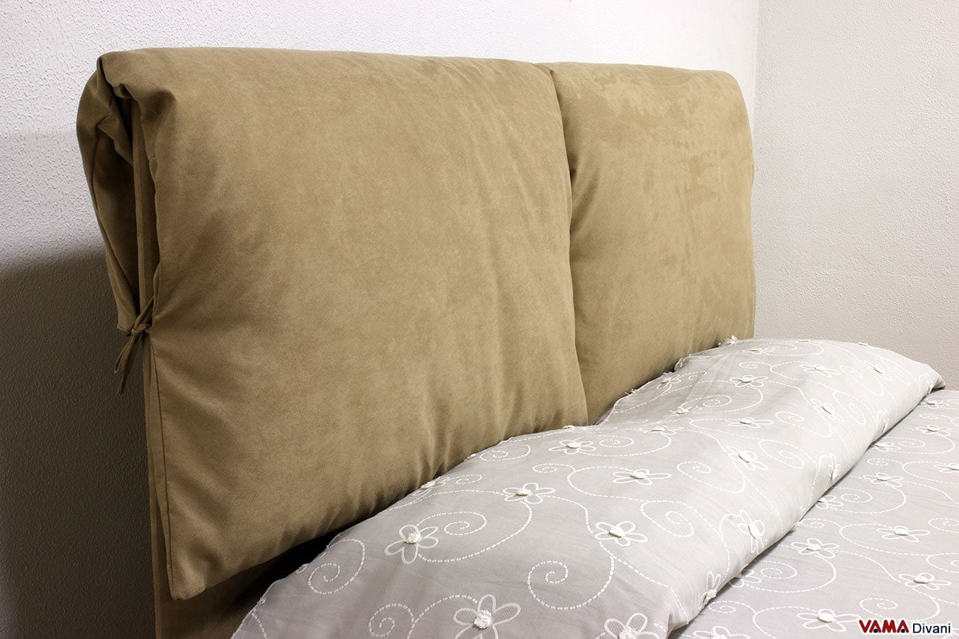 Letto in tessuto con due cuscini imbottiti come testata - Cuscini per spalliera letto ikea ...