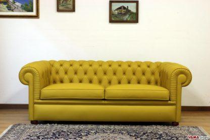 Divano Chesterfield giallo con base liscia sotto i cuscini