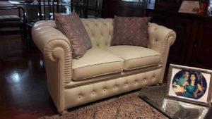 Piccolo divano Chester per cliente di Roma