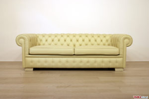 Divano Chesterfield 3 posti con due cuscini