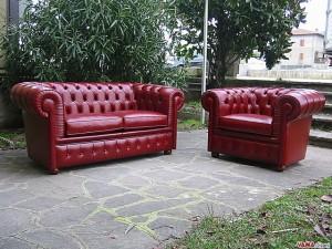 Salotto chesterfield in cuoietto rosso bordeaux