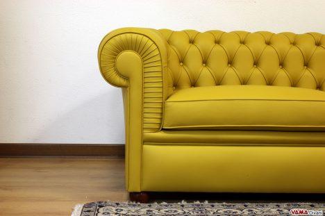 divano chesterfield liscio senza bottoni nella fascia sotto i cuscini