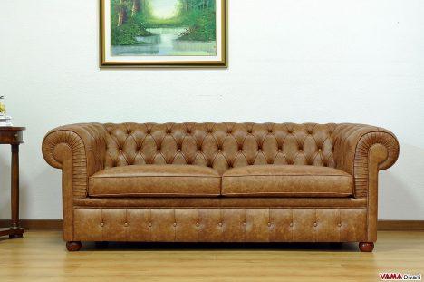 Divano chesterfield marrone chiaro vintage effetto invecchiato