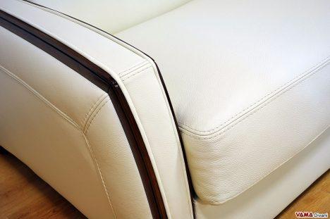 Divano letto bianco con finiture in legno wenghè