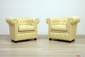 Piccole poltrone chesterfield in pelle beige
