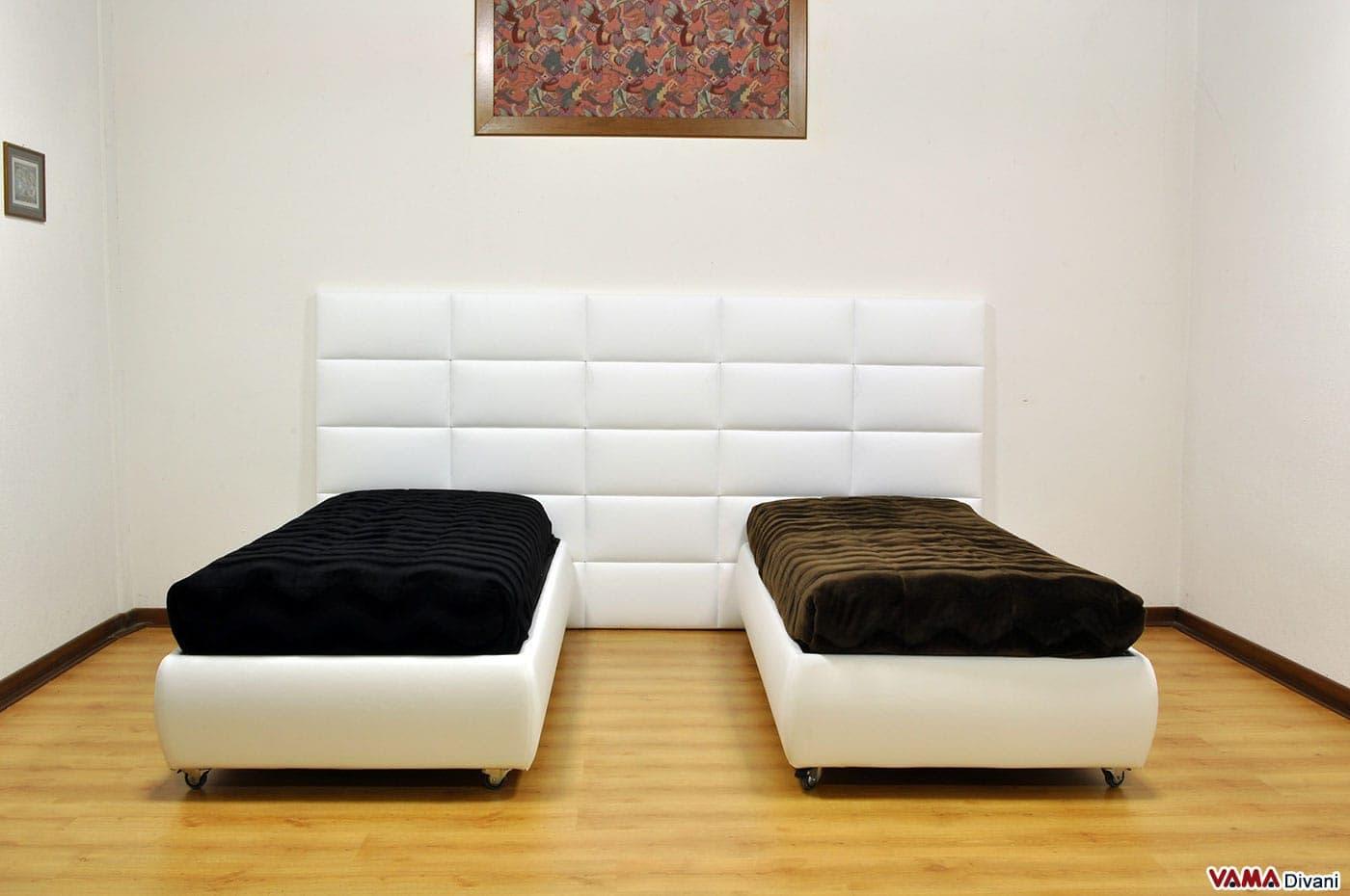 boiserie moderna bianca per una cameretta con letti