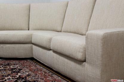 Bracciolo semplice e lineare del divano