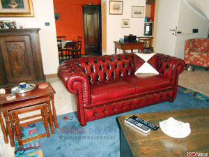 Divano Chesterfield 2 posti in pelle vintage rossa