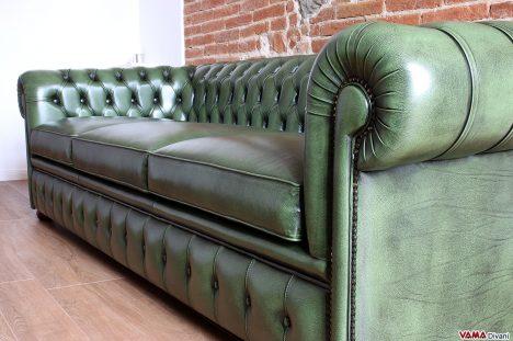Divano Chesterfield verde antivato vintage invecchiato a mano