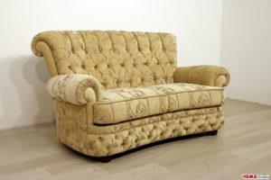 Divano stile Chesterfield con schienale alto in tessuto beige