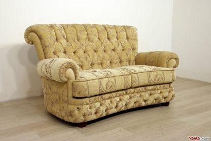 Divano stile Chesterfield con schienale alto in tessuto beige damascato