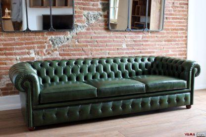Divano Chesterfield verde inglese asportato vintage invecchiato tamponato a mano