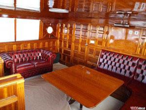 Arredamento di una barca con Divano Su Misura in Stile Chesterfield e Chester 2 Posti