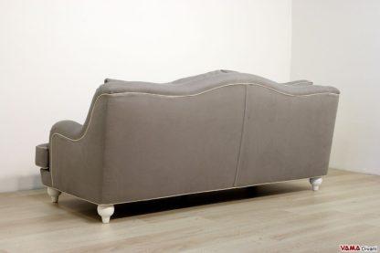 Dietro del divano con piedi a vista