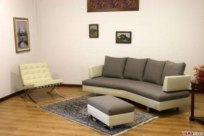 Salotto con divano curvo e poltrona barcelona