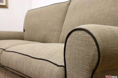 Divano in tessuto marrone stile classico cuscini in piuma