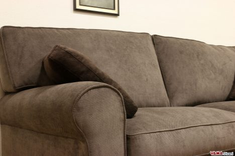 Divano marrone in tessuto classico cuscini in piuma