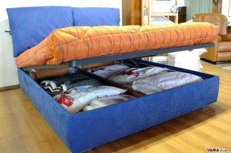 Il contenitore aperto di un letto moderno in tessuto
